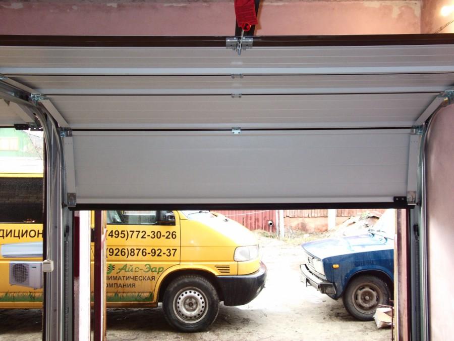 секционные ворота - вид из гаража