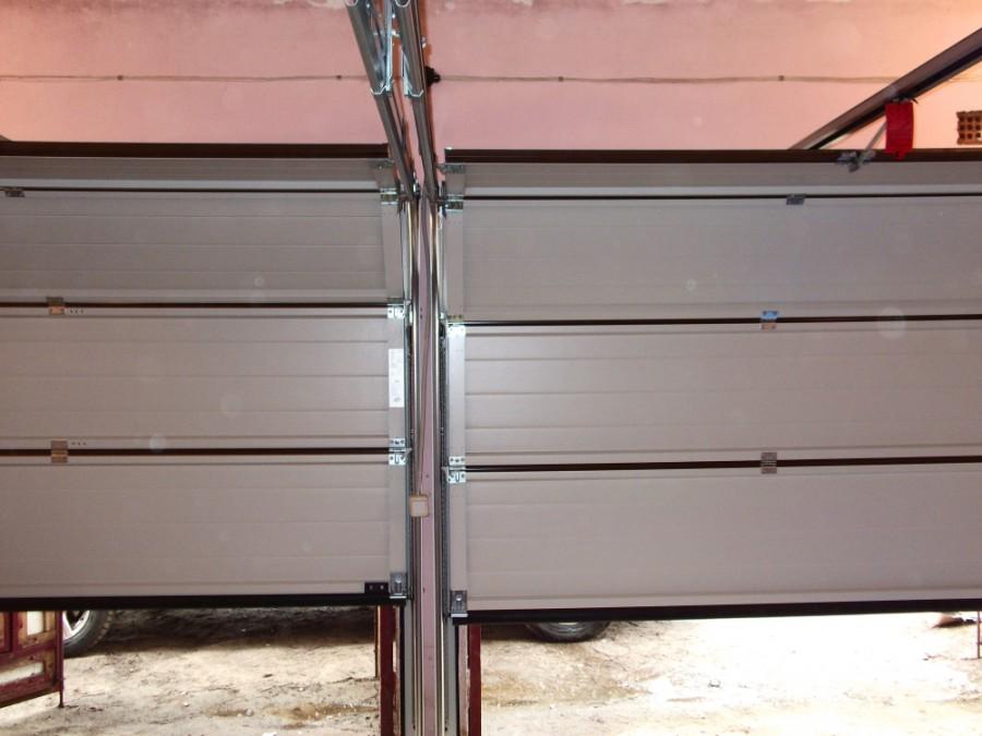 двое ворот в гараже